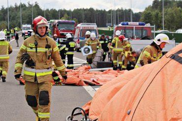 Strażacy podczas ćwiczeń zgrywających służb ratowniczych powiatu janowskiego