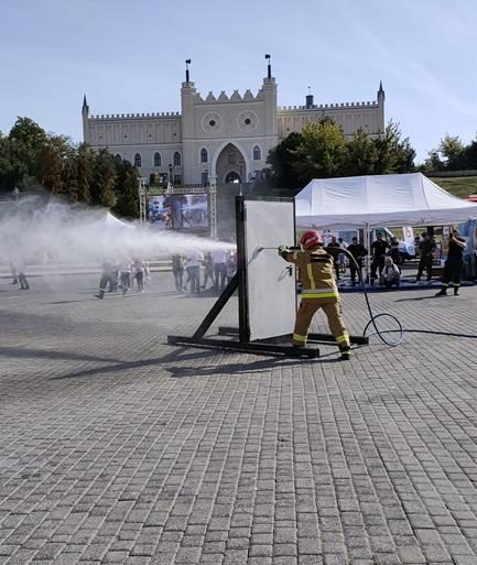 Pokaz gaśniczy na terenie placu zamkowego