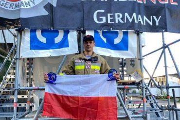 Zwycięzca Firefighter Combat Challenge Germany 2021 mł. kpt. Rafał Bereza z Flagą Polski