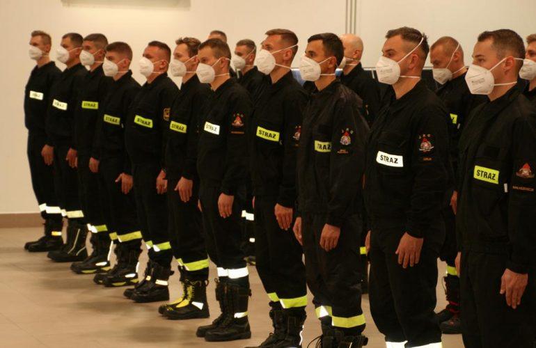 Kursanci stojący w szyku podczas rozpoczęcia szkolenia podstawowego w zawodzie strażak