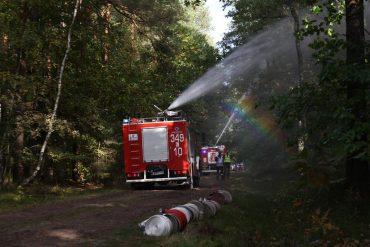 Pojazdy gaśniczy podają wodę z działek na samochodach